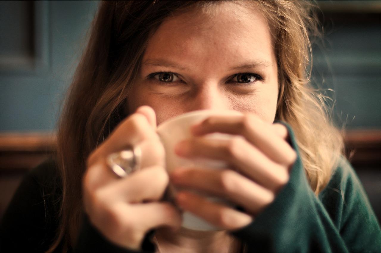 une femme qui boit du bon thé naturel